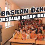 Başkan Özkan kırsalda kitap okuyor